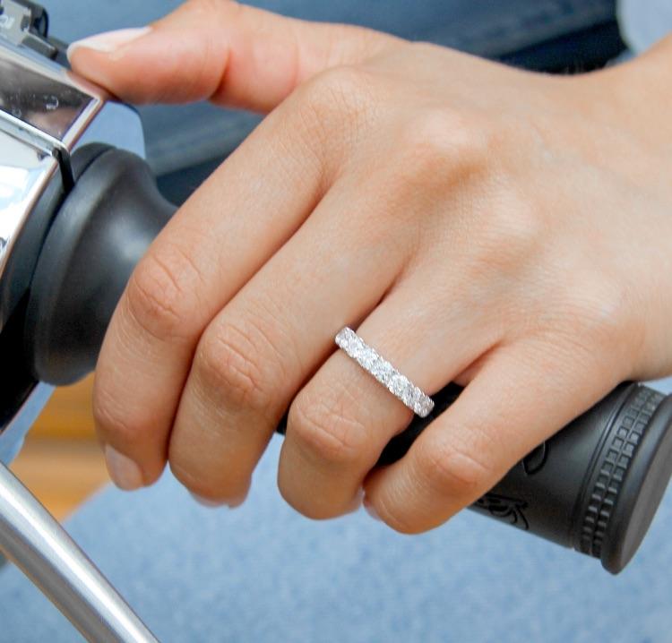 Thailand in den hand trägt ehering welcher an man Ehering rechts