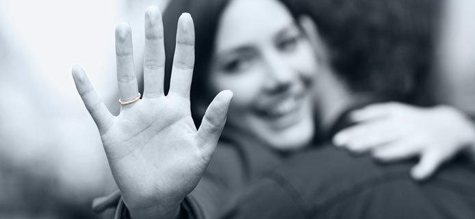 Verlobungsring kosten: 1/2 bis 1 Monatsgehalt ist ein angemessener Verlobungsring Preis, Stolze Partnerin, romantische Investition