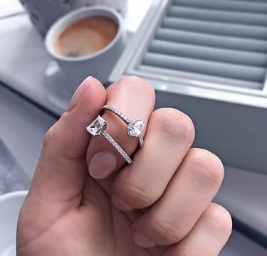 Verlobungsringe anprobieren im VERLOBUNGSRINGE.de-Showroom