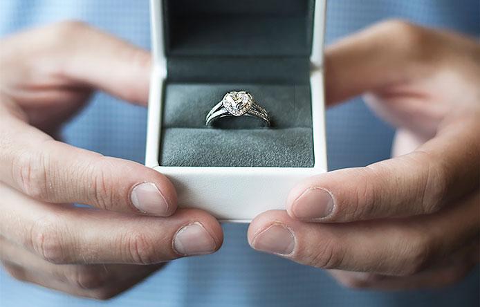 Verlobungsring Bedeutung, Tradition und Geschichte. Symbolbild: Verlobungsring in hochwertiger Schatulle