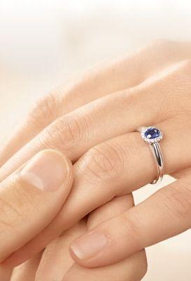 Verlobungsringe: Saphir Ring Windsor aus Weißgold beim Antrag getragen