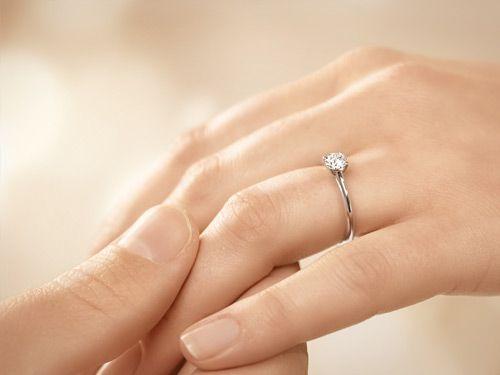Weißgold Verlobungsring Delight mit 0,50 ct Diamant an der Hand getragen