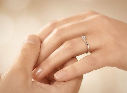 Weißgold Verlobungsring Modell Devotion mit Diamant an der Hand getragen