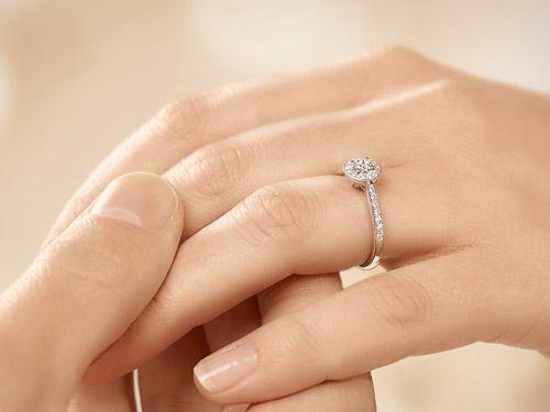 Prachtvoller Weißgoldring mit Diamanten an der Hand getragen